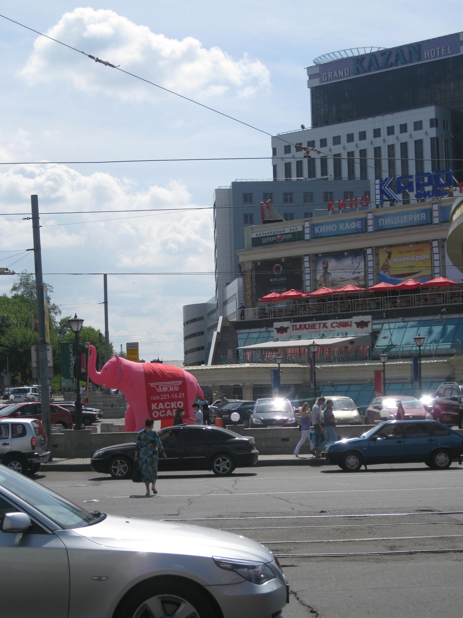1slon2 В Казани рекламисты надули слонов
