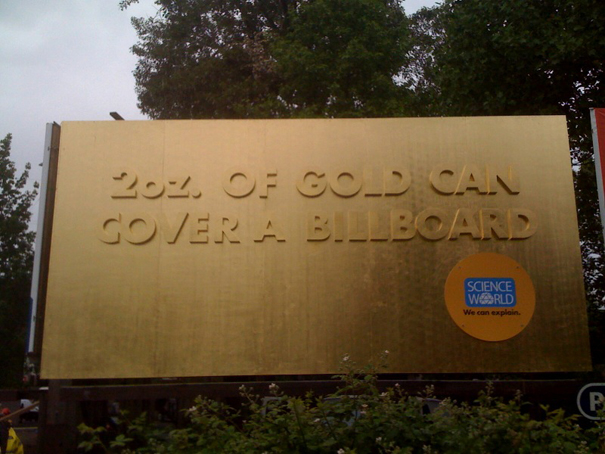 golden billboard rethink canada Биллборд покрыли золотом