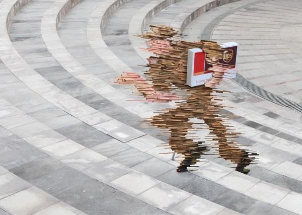 UPS ogilvy mather jakarta ambient marketing street art delivery 1 600x427 Скороходы от UPS
