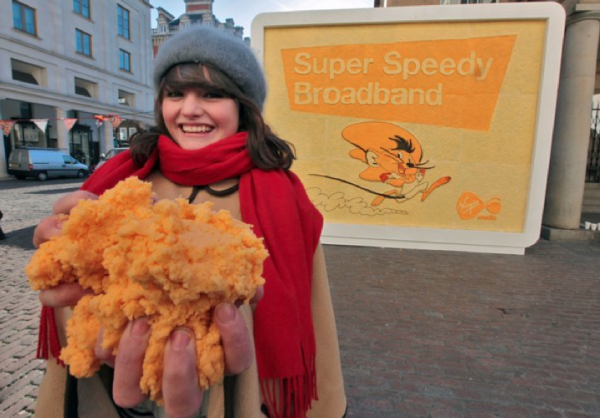 Cheese billboard affichage fromage covent garden outdoor londres virgin media 1 600x418 Рекламный щит полностью из сыра