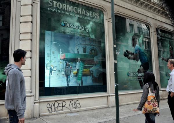 Storm chasers NY discovery channel new season interactive outdoor affichage 1 600x422 Интерактивная витрина погрузит в самое сердце торнадо