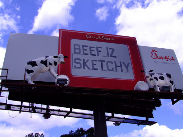 Chick fil A billboard cow chicken spicy bruger outdoor advertising 6 600x448 Чик Фил – Пойми Корову