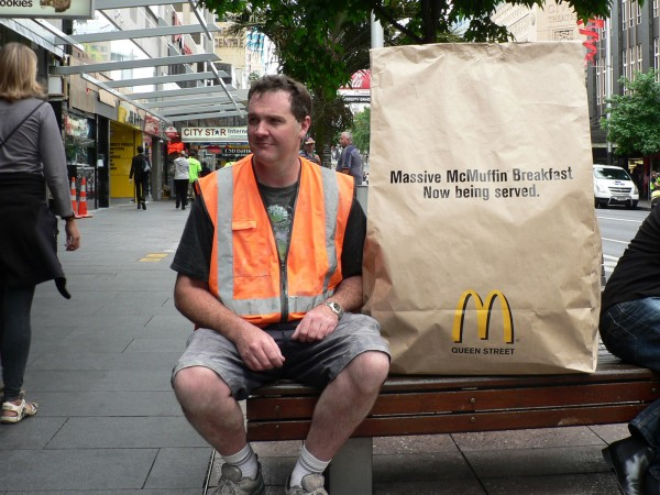 ambient marketing mcdonalds queen street auckland DDB massive mcmuffin breakfast 1 600x450 Большой завтрак