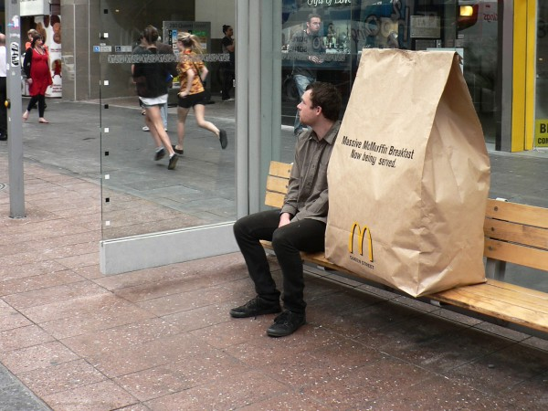 ambient marketing mcdonalds queen street auckland DDB massive mcmuffin breakfast 2 600x450 Большой завтрак