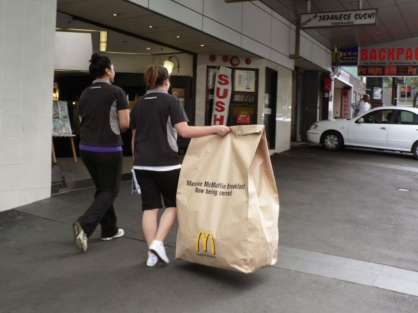 ambient marketing mcdonalds queen street auckland DDB massive mcmuffin breakfast 3 600x450 Большой завтрак