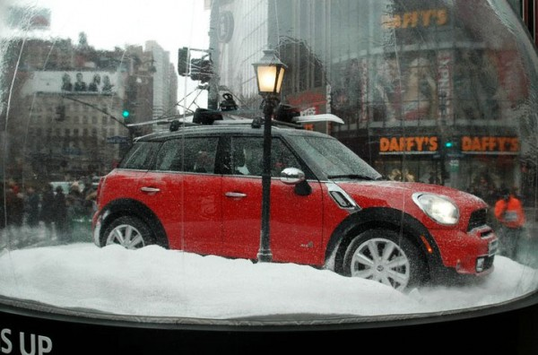 mini countryman herald square outdoor snow globe macys boule à neige voiture car 2 600x396 Мини в снежном шаре