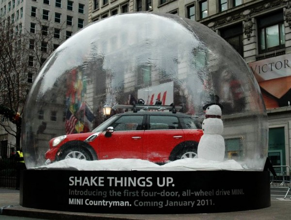 mini countryman herald square outdoor snow globe macys boule à neige voiture car 4 600x454 Мини в снежном шаре